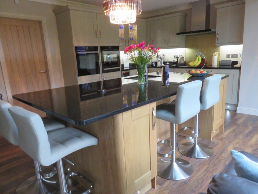 Timeless shaker kitchen painted stone oak the gallery for Fitted kitchens uk